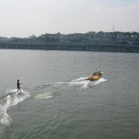 Water sports on the Han River? I know, I know. I know what you're thinking. Seoul is big. Real big. Seoul is, in fact, the world's second largest metropolitan area. Yup. The greater-Seoul area has 24.5 million inhabitants. That's a lot of people. The entire population of Canada is 34 million. Canada. Cutting right through these 24.5 million people in Seoul is a river, known as...